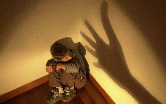 maltrato infantil 700x357 - Un pediatra del Hospital Fundación Alcorcón coordina un libro sobre el maltrato infantil