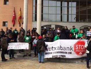 Protesta de la Plataforma de Afectados por la Hipoteca ame los Juzgados de Getafe por el caso de Ángel y Kutxabank