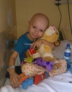 Alex padece una enfermedad rara. Su operación cuesta 100.000 euros. Todos están volcados con él. Ayúdale.