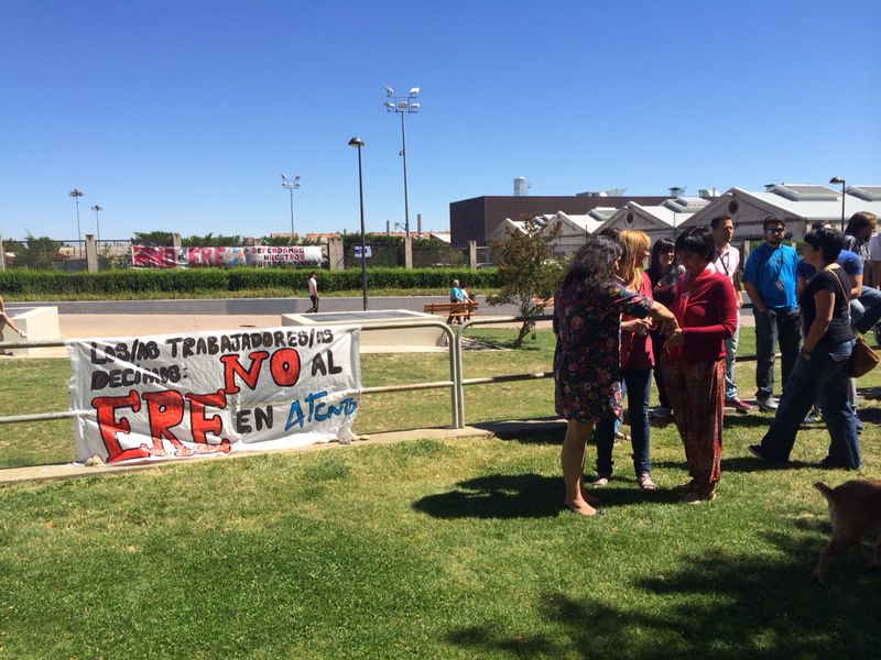Tan sólo una pancarta en una valla es lo que han podido poner los trabajadores en sus 5 minutos de descanso laboral