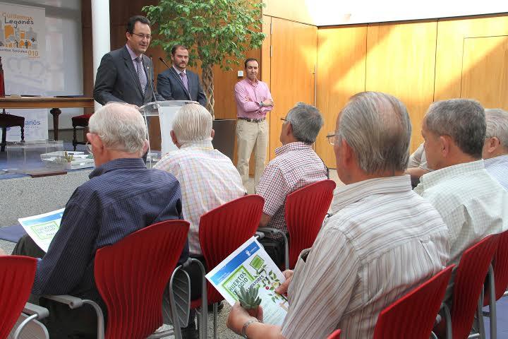 El alcalde de Leganés, Jesús Gómez, junto a alguno de los jubilados adjudicatarios