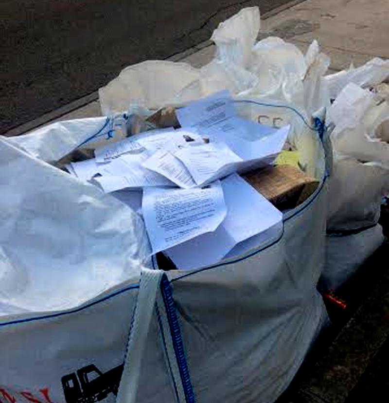 Uleg detecta decenas de curr culos en sacos de obras de - Sacos de escombro ...