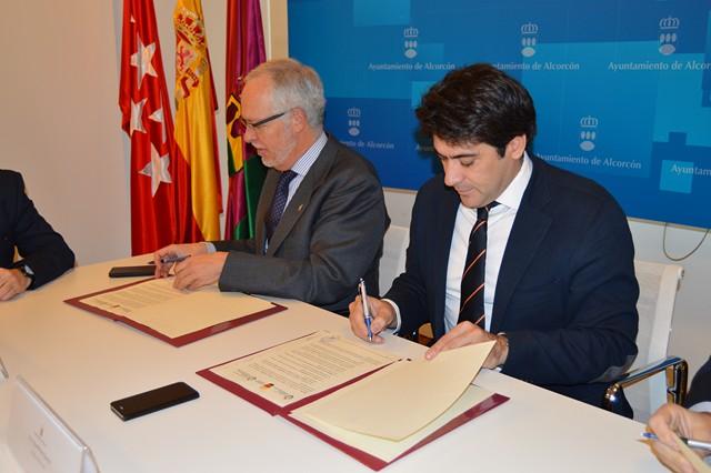 El alcalde, David Pérez, firma un convenio para promocionar las nuevas tecnologías