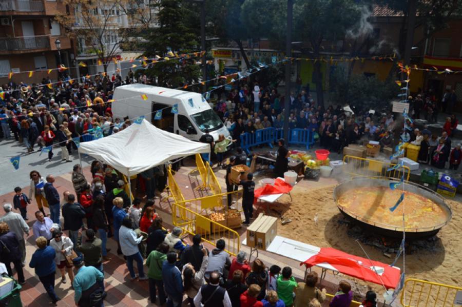 Los vecinos esperaron con paciencia una cola de varios cientos de metros para probar la paella popular