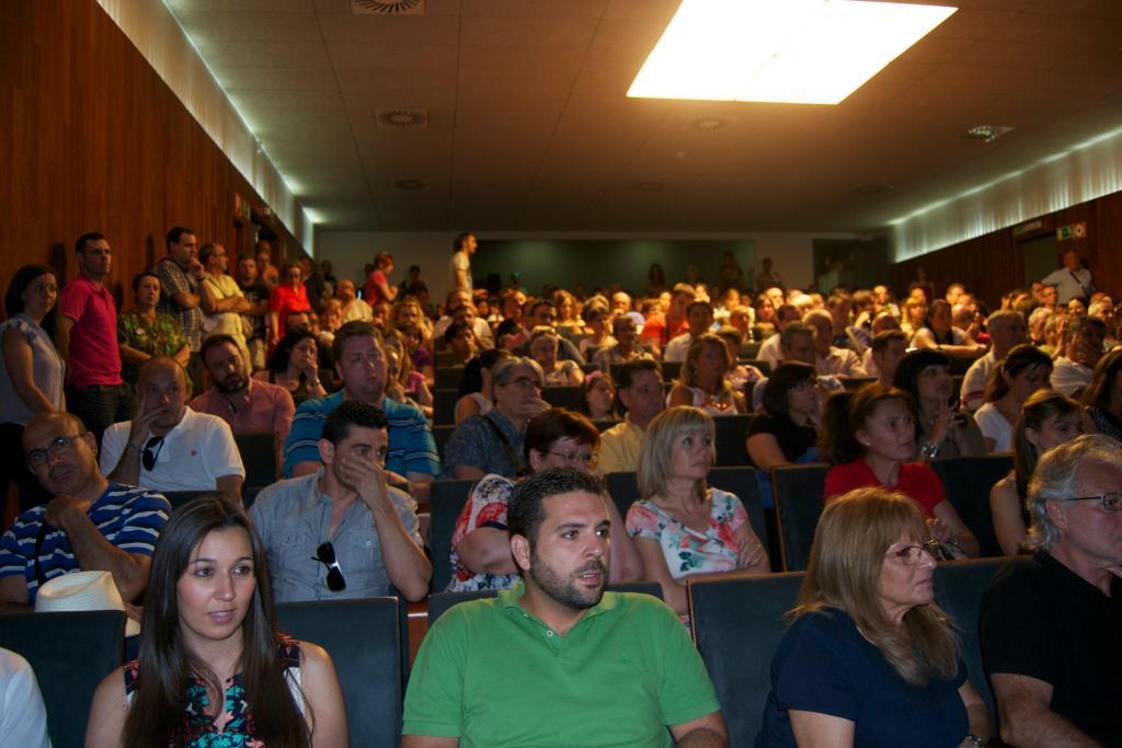 Lleno en el Teatro Isaac Albéniz en el debate postelectoral público de este lunes