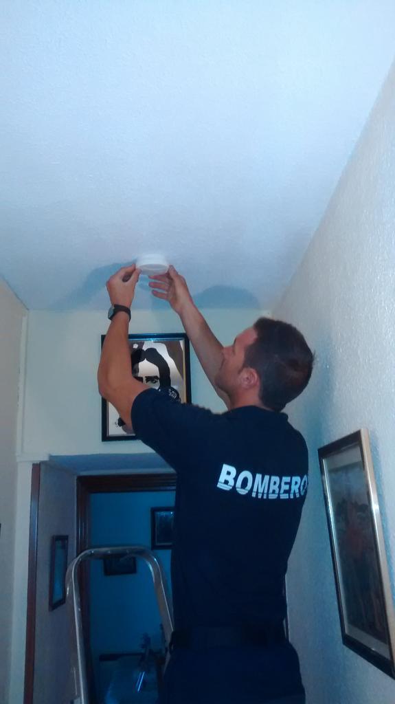 Los bomberos instala detectores de humos en viviendas de - Detectores de humos ...