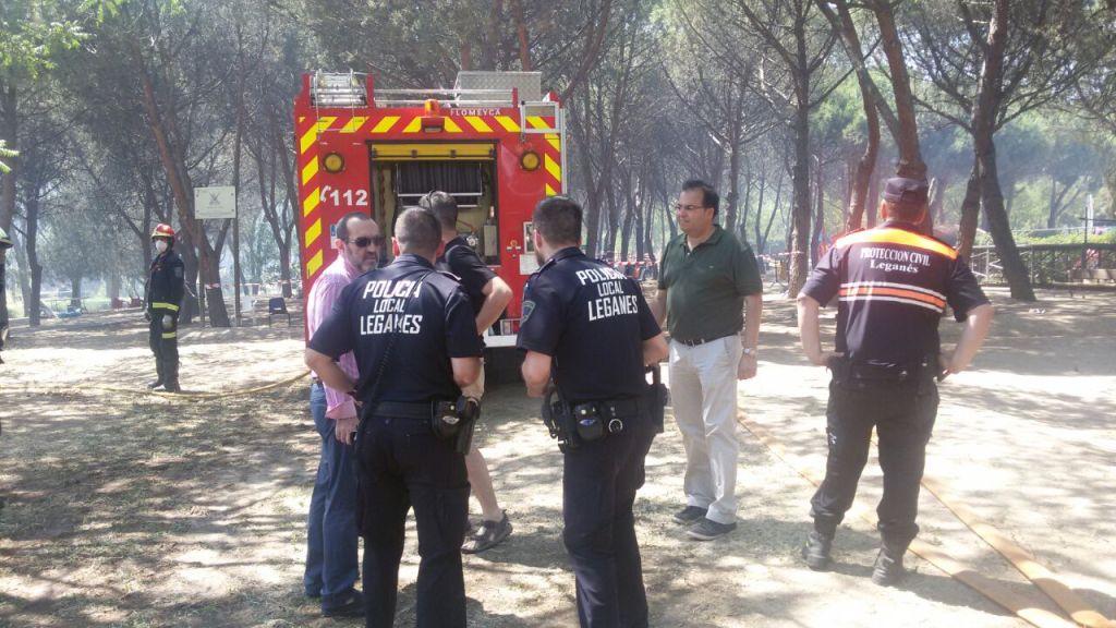 El alcaldes de Leganés, Santiago Llorente, acudió a supervisar las labores de extinción del fuego