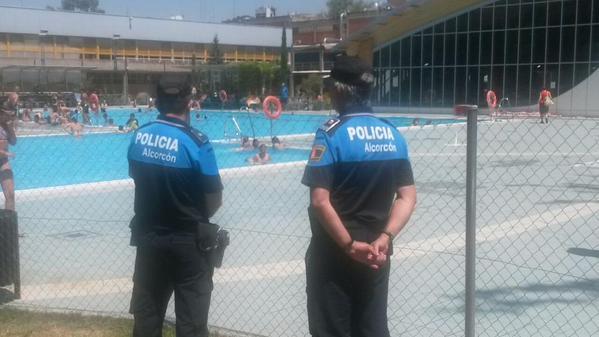 Vigilancia policial dentro de las piscinas municipales for Piscina municipal mostoles