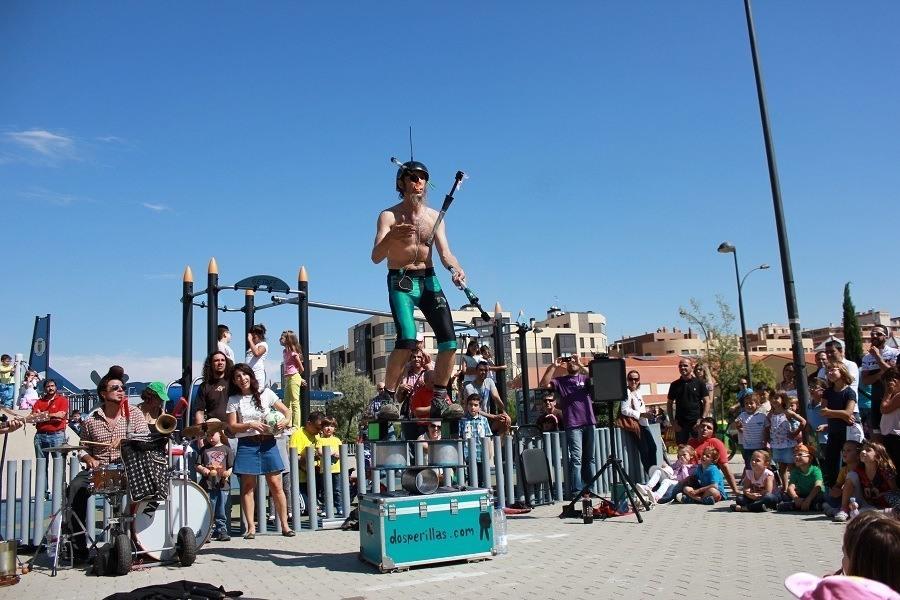 Actuación de Mike dos perillas, Esta calle es un circo. Foto_Ruth Holgado.
