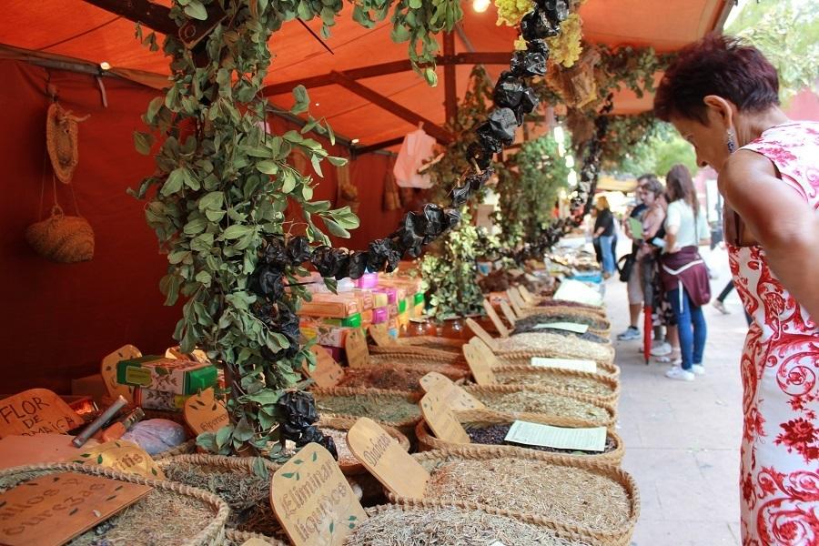 Uno de los puestos del Mercadillo de artesanía y gastronomía. Foto_Ruth Holgado.