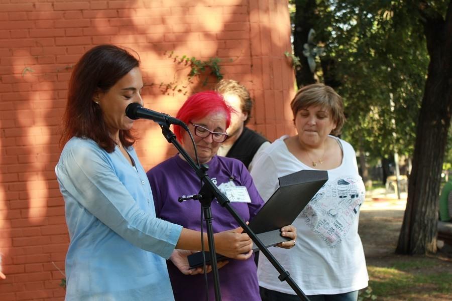 Nana, la titiritera recoge la placa conmemorativa de manos de la alcaldesa, Sara Hernández. Foto_Ruth Holgado.
