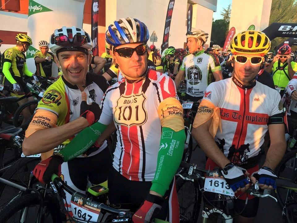 Varios ciclistas portan el pañuelo de Pedaladas por el Tourette durante Talajara 2015 (Foto: No dejes de pedalear)