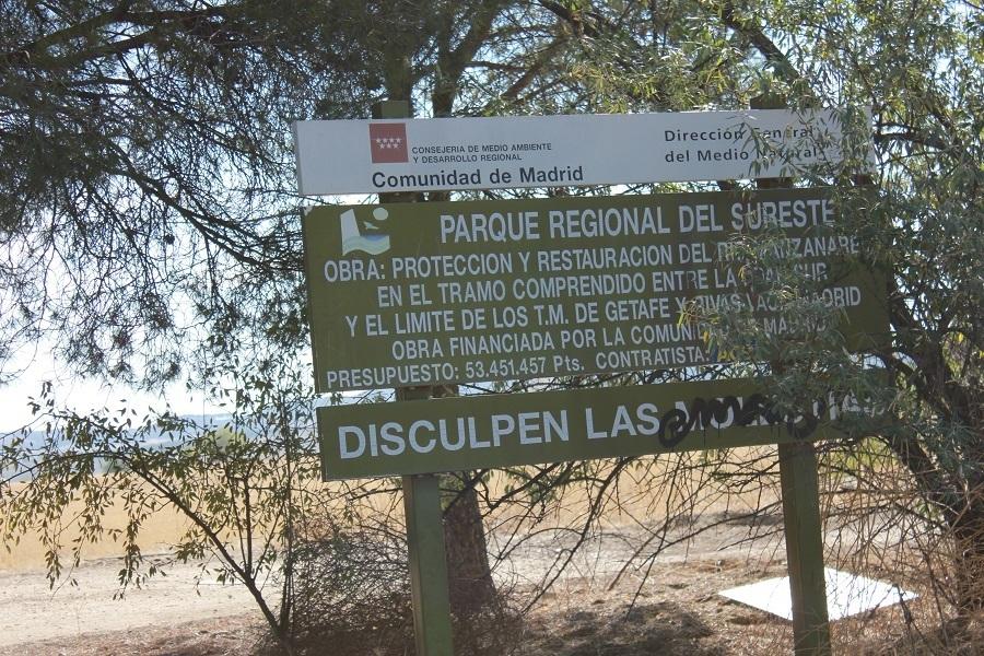 Uno de los pocos carteles que hay Parque Regional del Sudeste. Este está en pesetas. Foto_Ruth Holgado.
