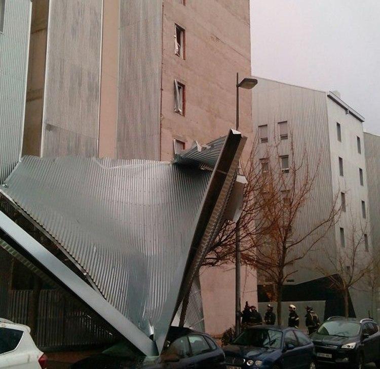 Alcorc n arrancado por el viento el recubrimiento de una for Calle oslo alcorcon