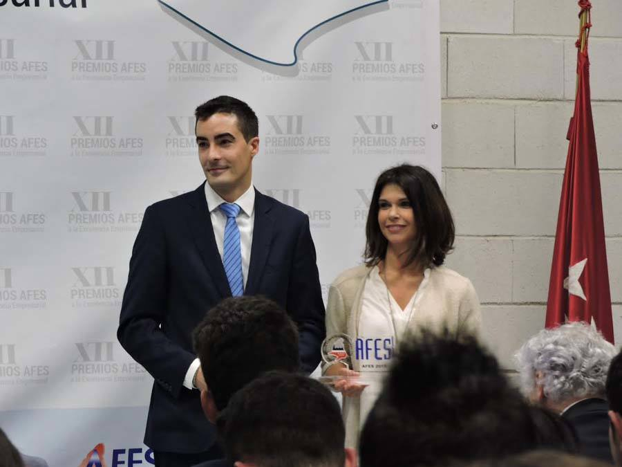 Sonia Baños, directora de 'Noticias para Municipios' recogiendo el premio de la mano del vicepresidente de AFES