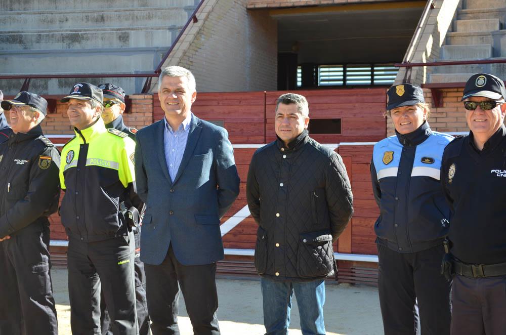 David Lucas, alcalde de Móstoles y Roberto Sánchez, concejal de Seguridad, junto a los cuerpos de Seguridad durante la exhibición de esta mañana. Foto: Sonia Baños