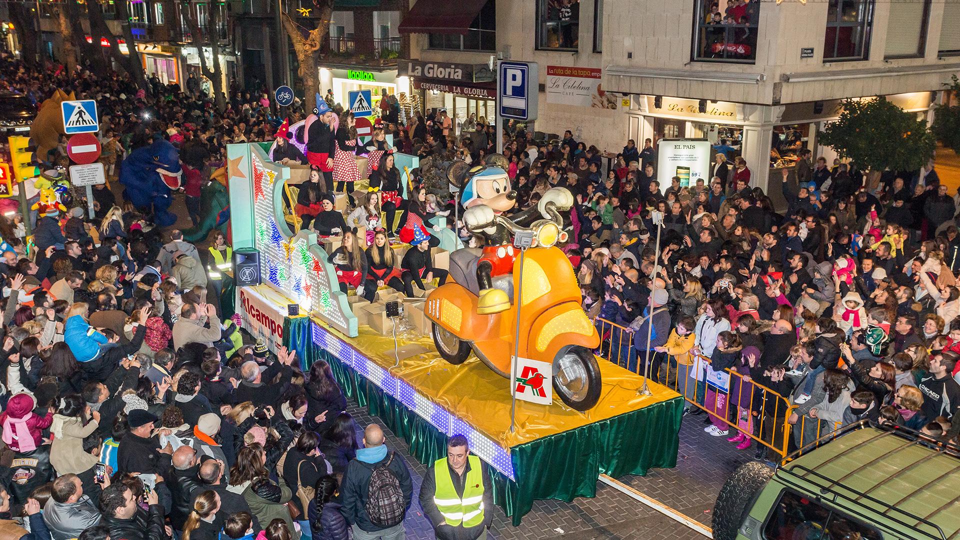 Getafe Fin De Fiesta: GETAFE/ Desfile De Carrozas Y Mago De Oz En Un Sábado De