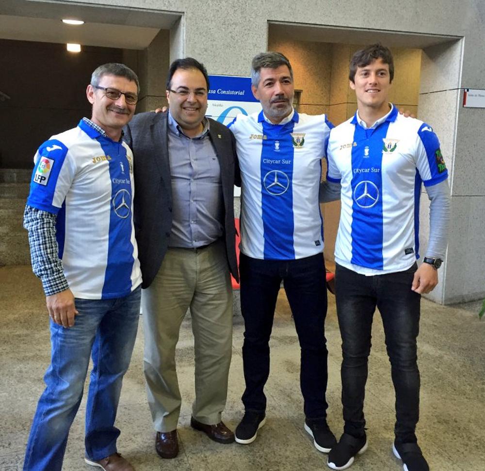 El alcalde Santiago Llorente con los capitantes del Lega