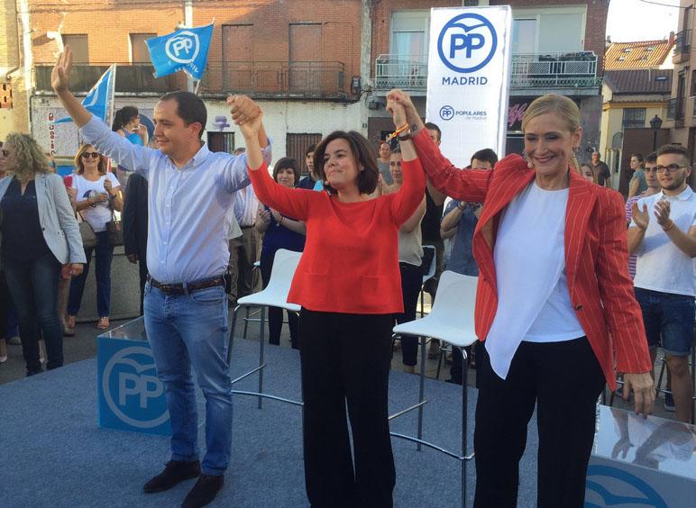 Soraya Sáenz de Santamaría, flanqueada por Cristina Cifuentes y Sergio López.