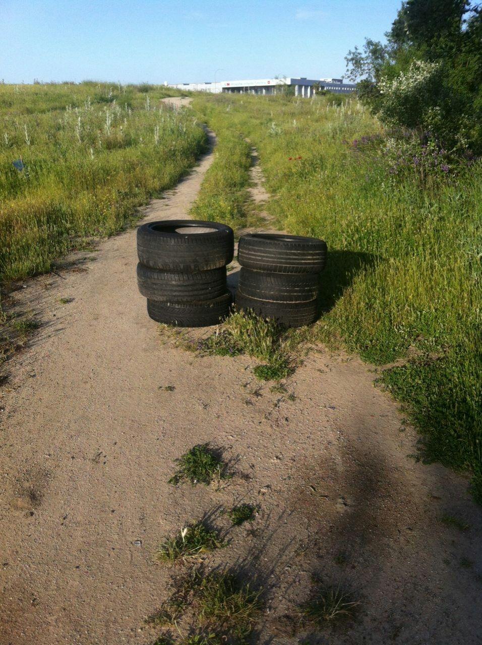 Caminos y senderos comienzan a verse invadidos por neumáticos (Foto: Cambiemos Parla)