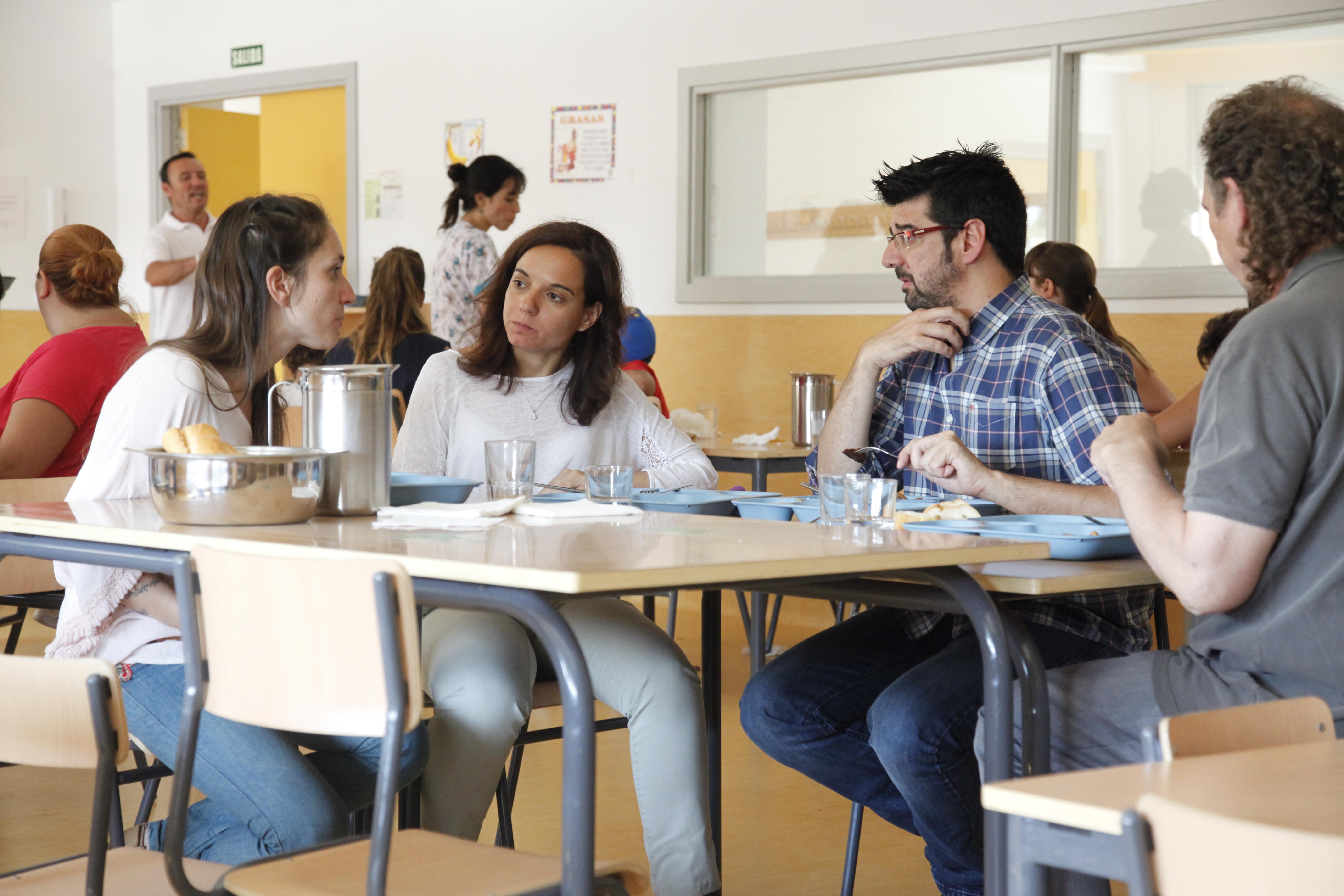 La alcaldesa de Getafe, Sara Hernández, junto al concejal de Educación, Álvaro Gómez, visitaron ayer el primer Centro de Educación Especial incluido dentro del 'Programa de Centros Abiertos en Vacaciones de Verano 2016' en Getafe, el CEE Ramón y Cajal