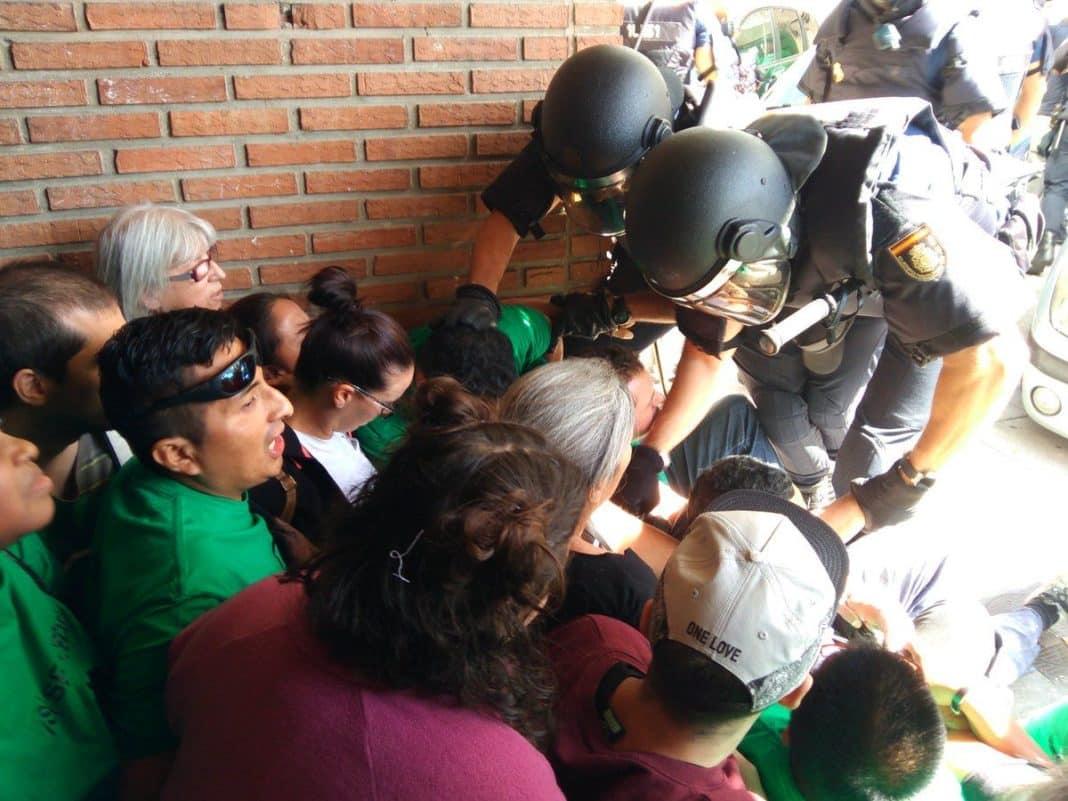 Policía desalojando a activistas en uno de los portales.