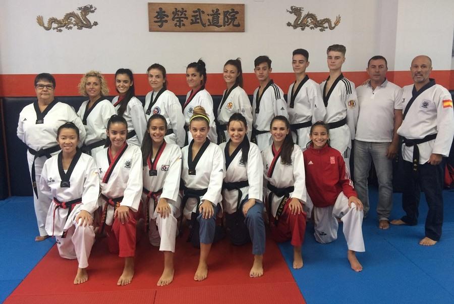M stoles taekwondistas del gimnasio lee participan en el for Gimnasio lee