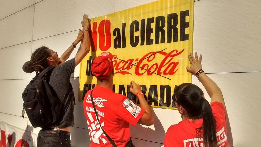 El diputado de Podemos Alberto Rodríguez (a la izq.) colocando una pancarta reivindicativa.