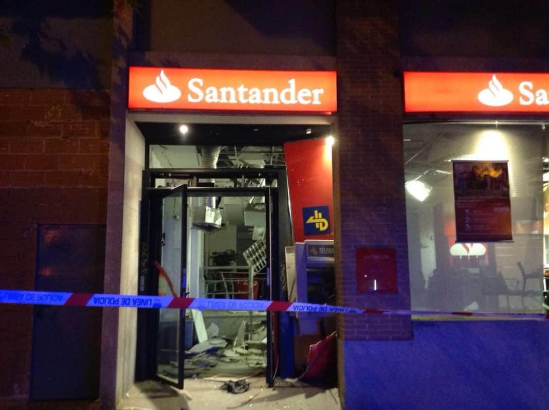 Alcorc n explosionan el cajero autom tico de una sucursal for Santander cajeros madrid