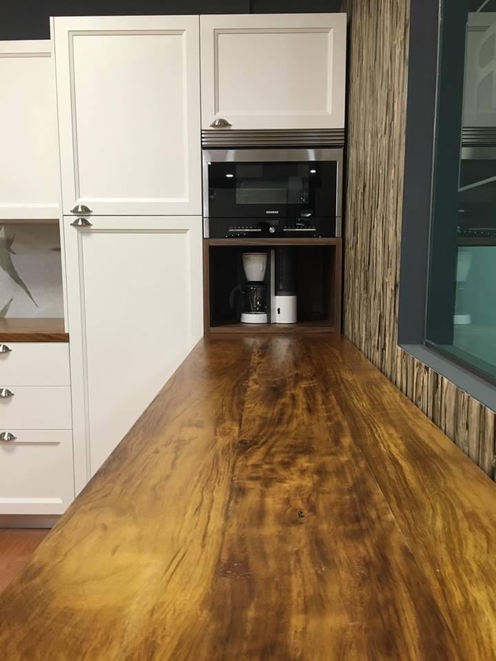 Las encimeras de madera llegan con fuerza en el showroom de Cocinas Rio en Getafe
