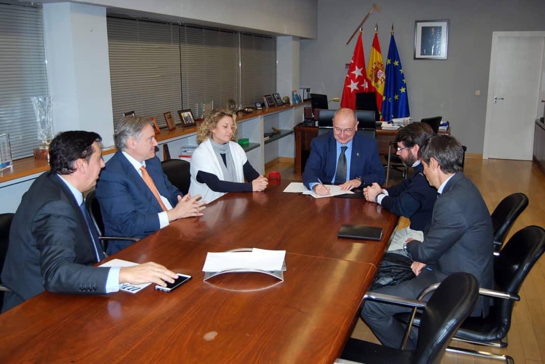 Firma del acuerdo entre el Ayuntamiento y Telefónica.