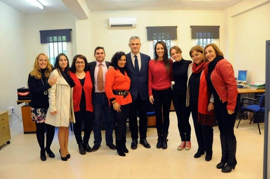 Concejales, alcalde y trabajadores en la inauguración de la sede