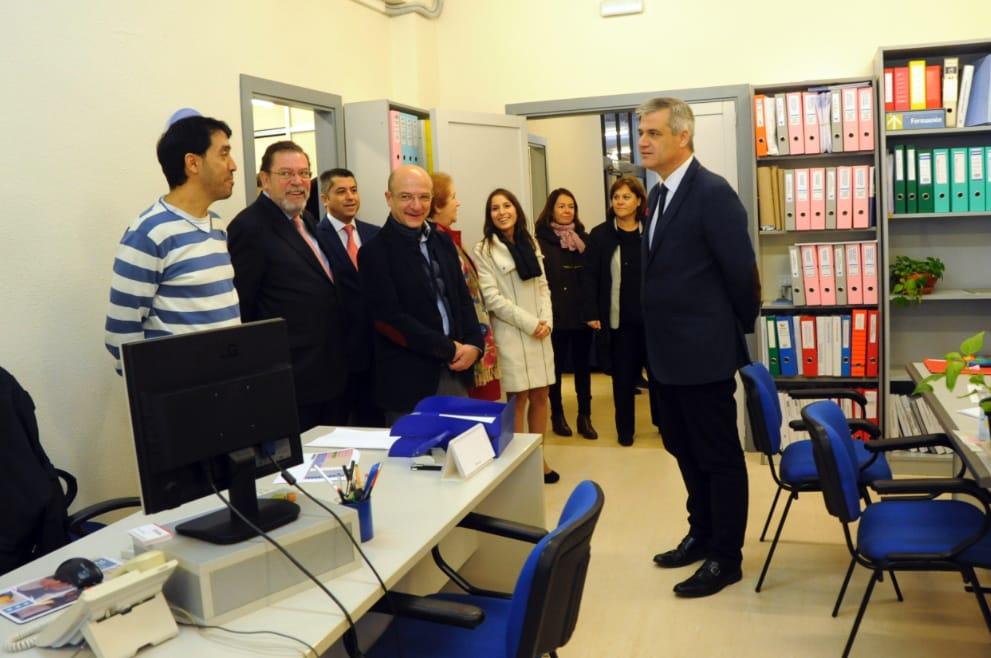 El alcalde, David Lucas (PSOE) con la corporación municipal visitando el centro y a sus trabajadores
