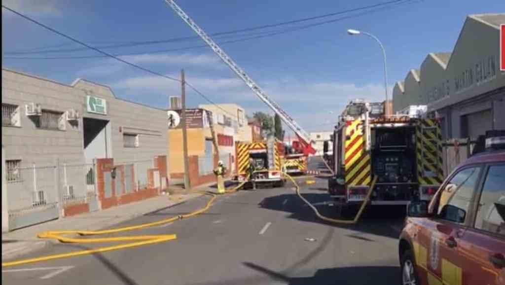 Resultado de imagen de Los bomberos extinguen un incendio en una nave industrial leganes