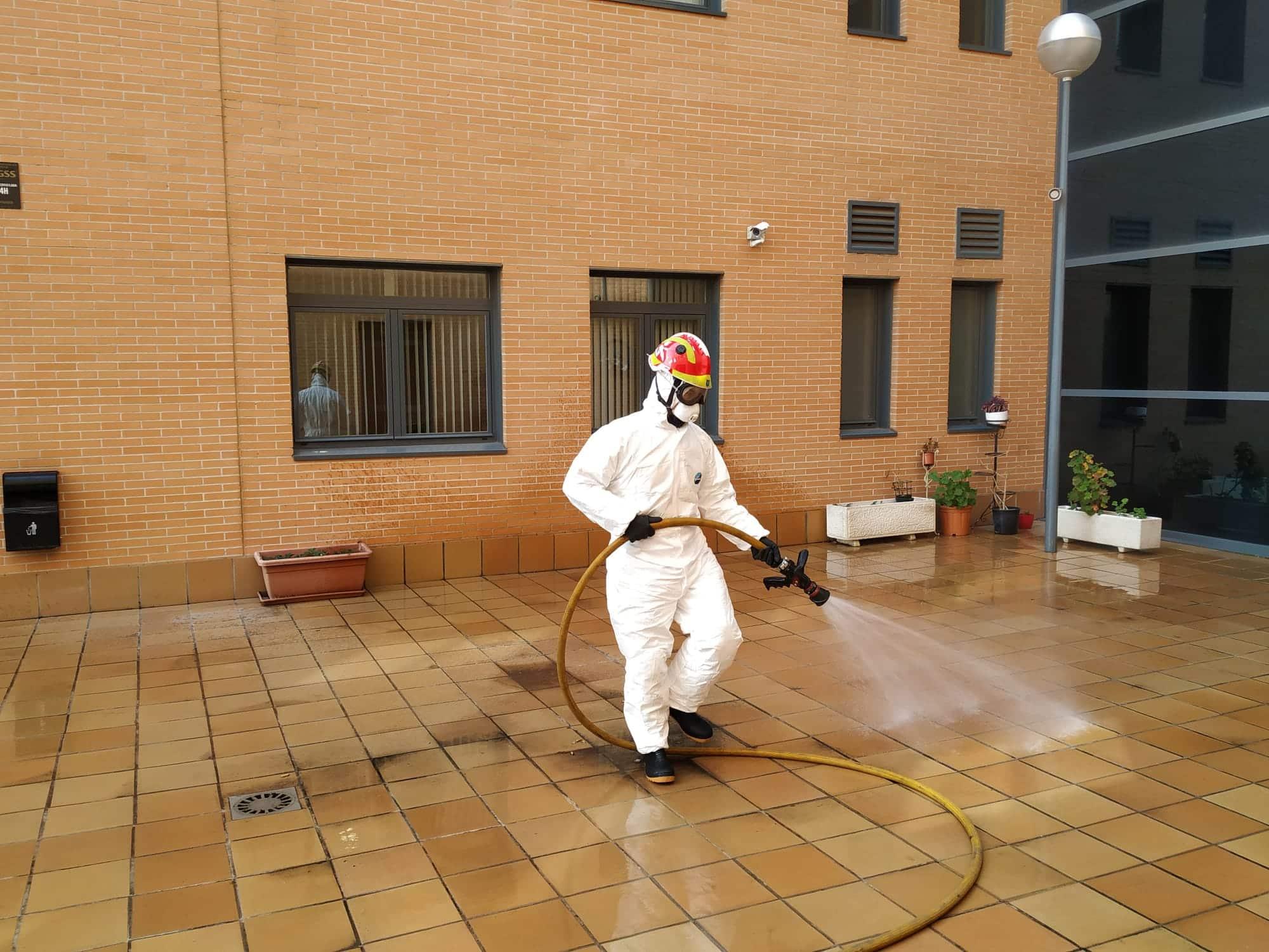 LEGANÉS/ Proceden a desinfectar las residencias de mayores ...